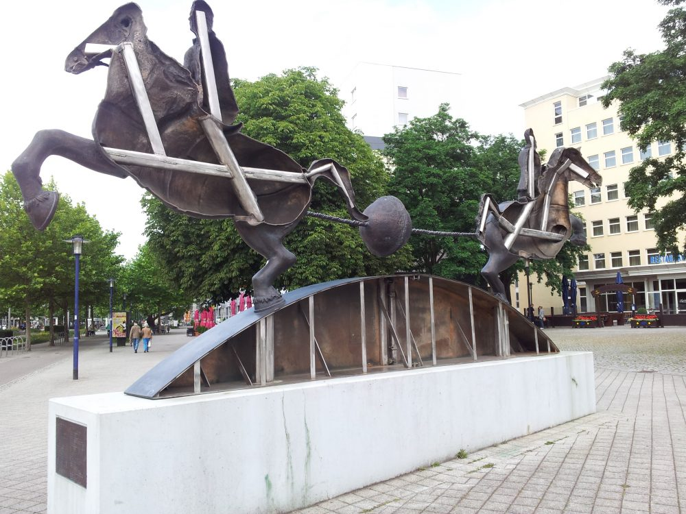 Magdeburg: Die Reiterskulptur mit den Vakuum-Halbkugeln von Otto von Guericke.